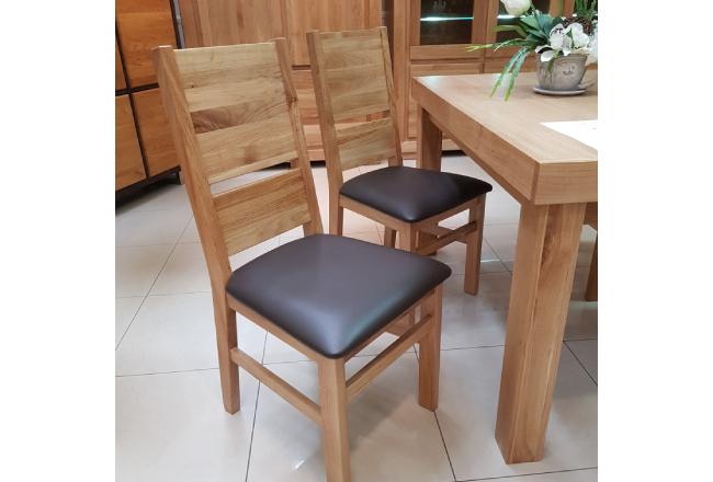 Krzesło dębowe Eryk B z tapicerką skórzaną. Wybarwienie naturalne(lakier). Naturalne wybarwienie dębu zabezpieczone lakierem. W obiciu wykorzystano skórę naturalną w ciemnej kolorystyce.