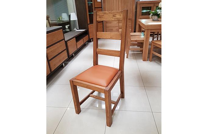 Krzesło dębowe Stylowe P. Wybarwienie ciemny orzech 804 (olej). Obicie skóra naturalna w odcieniu pomarańczowym.