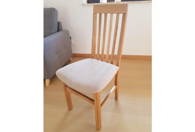Krzesło dębowe Szczebelek. Wybarwienie naturalne(lakier). W obiciu wykorzystano tkaninę łatwo-czyszczącą Penta 04 Stone od Fargotex.