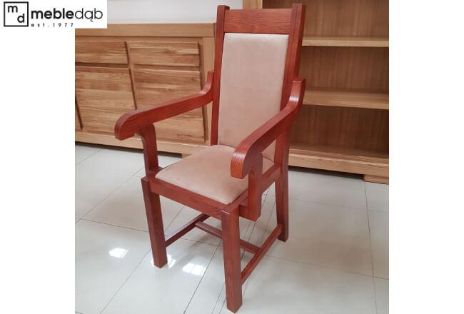 Krzesło Don na życzenie klienta w wersji z podłokietnikami. Tzw. tron prezentuje się bardzo dostojnie. Tapicerka Focus 05 Sand od Fargotex.