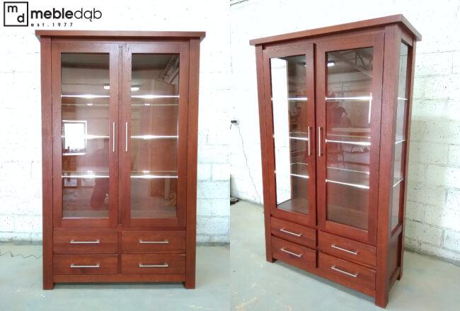 Na życzenie klienta zmodyfikowaliśmy Witrynę Wysoką II New LIne. Drzwiczki zastąpiliśmy szufladami oraz dodatkową szklaną półką. Całość wykonana w kolorze lakierowanym 23-49