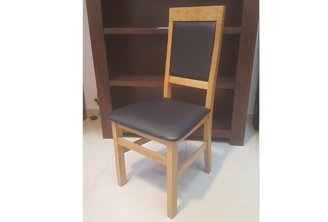 Krzesło dębowe Olo. Wybarwienie naturalne(lakier). Obicie czarna skóra.