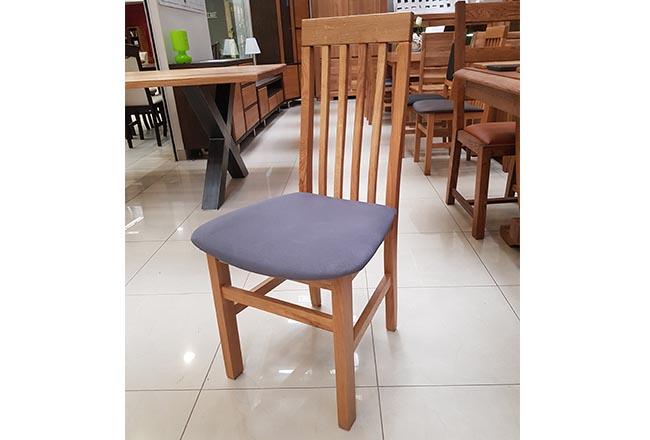 Krzesło Szczebelek w tkaninie plamoodpornej. Kolor krzesła naturalny dąb.